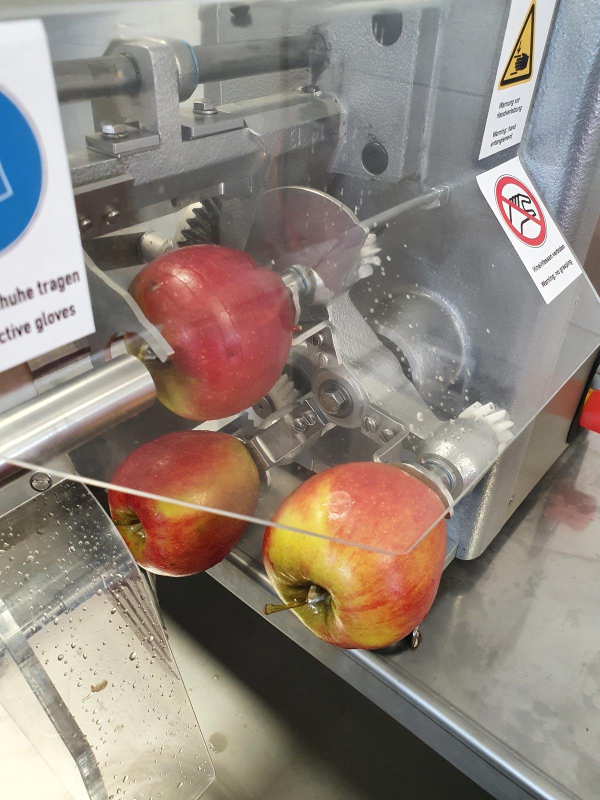 Apfelringe werden geschnitten